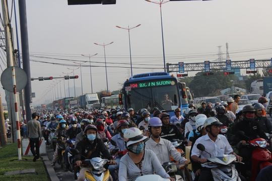 Tài xế buồn ngủ, xa lộ Hà Nội ùn tắc