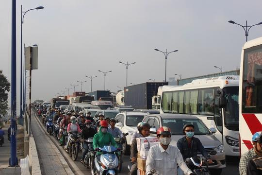 Trên cầu Rạch Chiếc, kẹt xe cũng ùn tắc nghiêm trọng ở cả hai chiều lưu thông