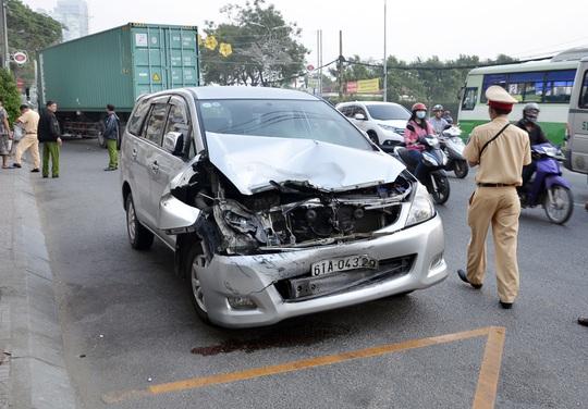Xe 7 chỗ bị hư hỏng nặng phần đầu sau vụ tai nạn