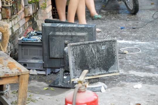 Nhiều máy vi tính trong cửa hàng đã bị hư hỏng sau vụ cháy