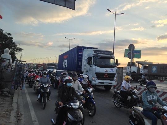 Sự cố xảy ra ngay giờ cao điểm đã gây kẹt xe nghiêm trọng trên Xa lộ Hà Nội, đoạn qua cầu Rạch Chiếc hướng từ cầu Sài Gòn về cầu Đồng Nai.
