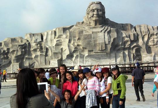 Nhiều du khách chụp hình lưu niệm trước tượng đài