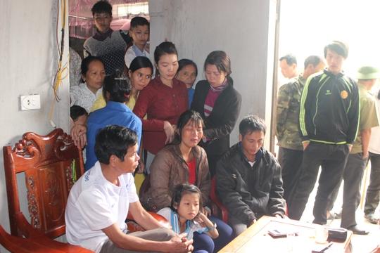 Rất đông người dân đến chia sẻ, động viên gia đình