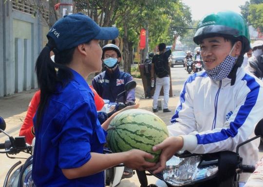 """Dân Sài Gòn nỗ lực """"giải cứu"""" hơn 100 tấn dưa hấu"""