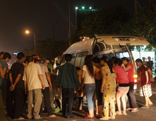 Khi thi thể nạn nhân chuẩn bị được đưa lên xe cứu thương, người hiếu kỳ lại xúm tới để xem