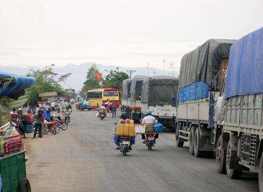So với các cửa khẩu biên giới khác ở miền Tây, riêng cửa khẩu quốc tế Tịnh Biên là sôi động nhất. Theo thống kê của đồn biên Phòng Tịnh Biên, mỗi ngày có hơn 1 triệu lượt người qua lại cửa khẩu chủ yếu giao thương mua bán là chính.