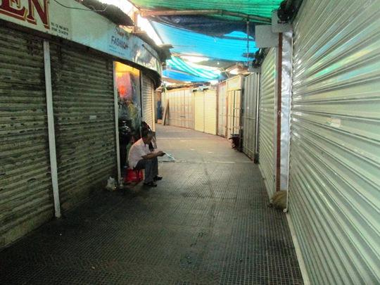 Các lô sạp đóng kín để phản đối việc đập khu chợ Tròn