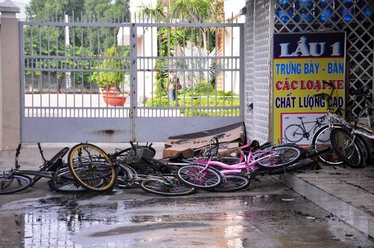 Nhiều xe đạp được người dân kéo ra kịp thời nhưng cũng bị cháy xém
