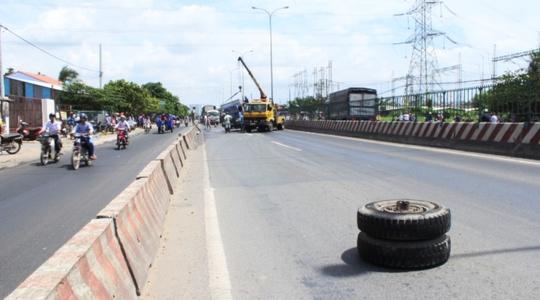 Gãy trục, bánh xe tải lăn 100 m trên Quốc lộ 1