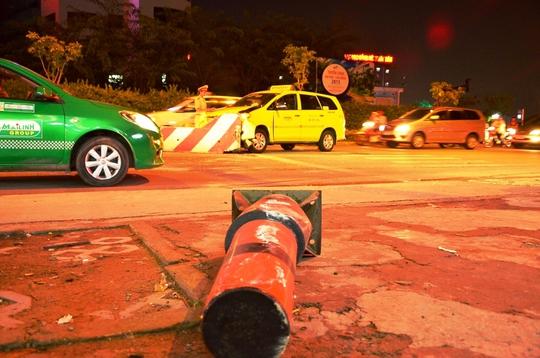 Xe taxi mất lái, gia đình Việt kiều gặp nạn