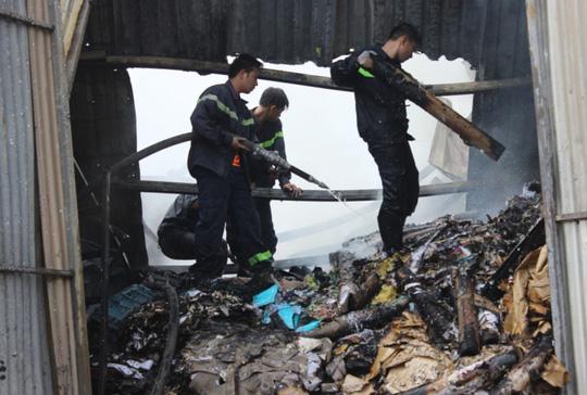 Lính cứu hỏa túc trực tại hiện trường, xịt nước vào đám cháy đề phòng nguy cơ ngọn lửa có thể bùng phát trở lại.