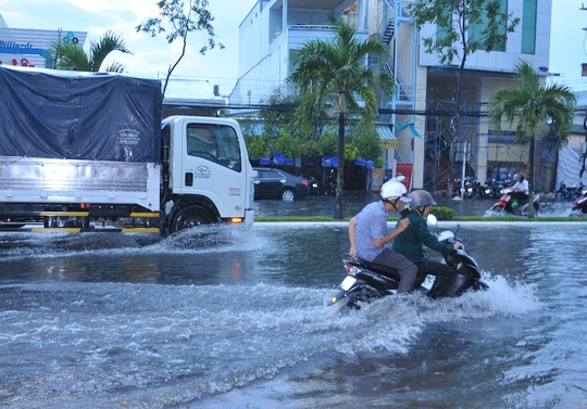 Đường Trần Văn Hoài biến thành sông chỉ sau cơn mưa lớn
