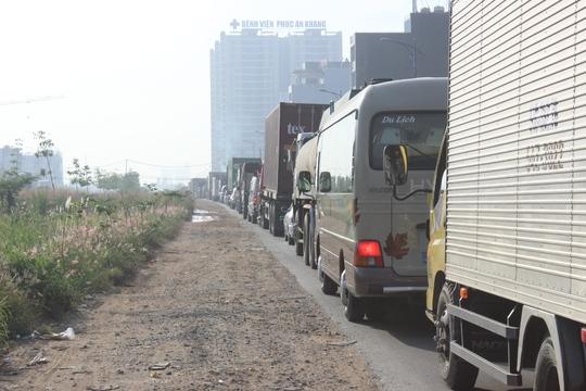 Đường Đồng Văn Cống bị ùn tắc kéo dài khi hai chiếc xe nằm án ngữ giữa đường