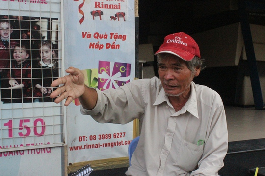 Ông Nguyễn Văn Bình đang kể lại phút bị té ngã trước đầu xe container do mặt đường bị lún