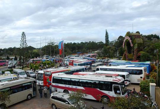 Xe khách đậu kín Vườn hoa thành phố Đà Lạt ngày 2-1-2015