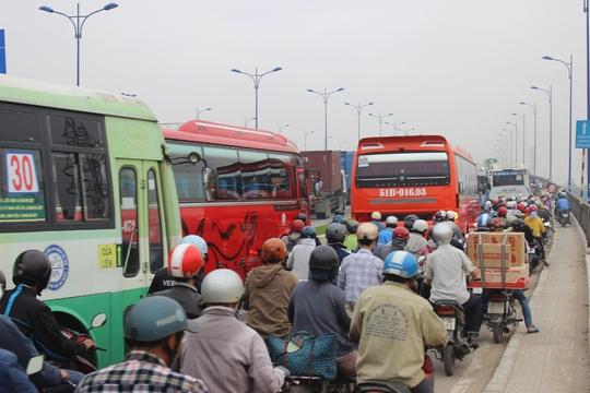 Kẹt xe kinh hoàng trên xa lộ Hà Nội