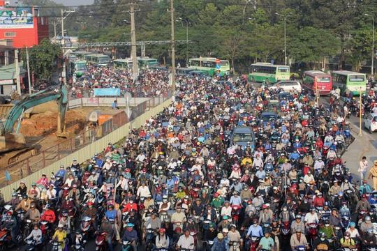 Hàng ngàn phương tiện kẹt cứng xung quanh nút giao thông ngã tư Thủ Đức do đèn tín hiệu giao thông ngưng hoạt động