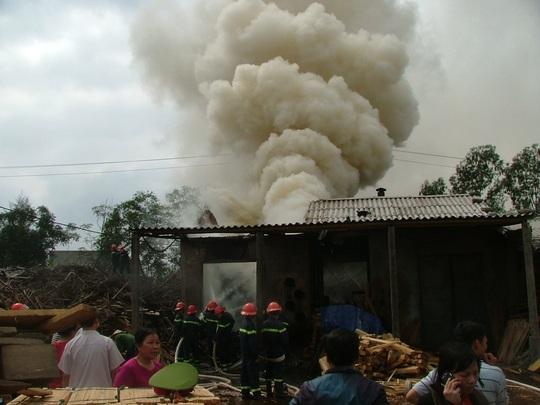 Hiện trường vụ cháy lớn tại Xí nghiệp sản xuất và cung ứng thiệt bị trường học Quảng Bình