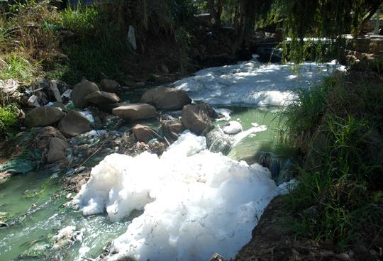 Chất thải ngập đầy ở chân thác Cam Ly