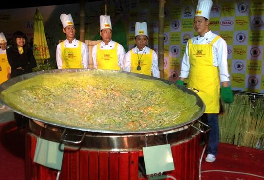 Chiếc bánh xèo được hoàn thành đến khuya, chất lượng và đủ dùng cho khoảng 100 người.
