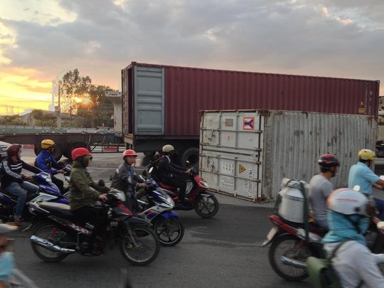 Lật container ngay dốc cầu, Xa lộ Hà Nội tê liệt