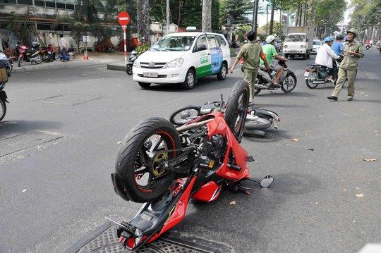 Va quẹt, xe mô tô phân khối lớn chổng ngược giữa đường