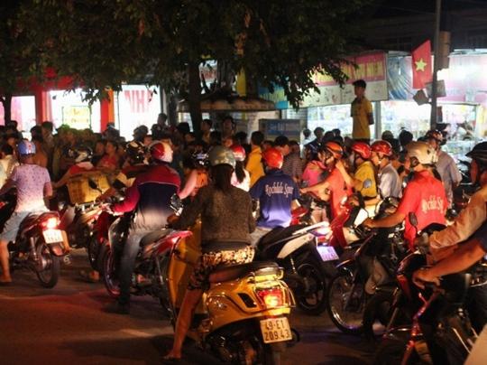 Giao thông ùn ứ do ảnh hưởng từ vụ tai nạn và lượng người tập trung đông