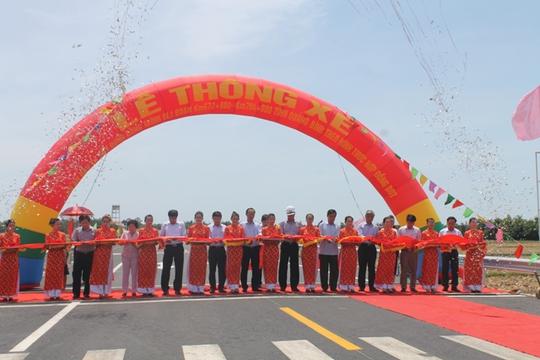 Lễ cắt băng khánh thành tuyến đường tránh vượt lũ do Tập đoàn Trường Thịnh làm chủ đầu tư với tổng chiều dài 33,5 km