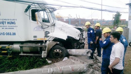 May mắn, trụ điện bị xe tông gãy thành nhiều khúc đã chèn dưới bánh xe nên xe không lao vào được khu nhà dân