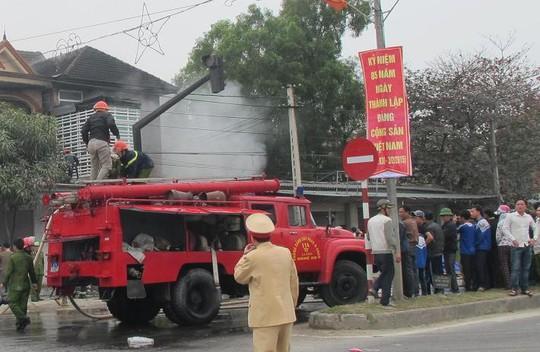 Xe cứu hỏa đươch huy động để dập tắt đám cháy.