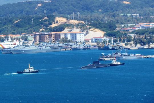 Hai tàu lai dắt tàu ngầm kilo HQ Hải Phòng vào quân cảng