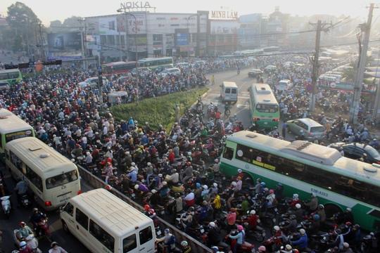 """Đèn giao thông ngưng hoạt động, xa lộ Hà Nội """"tê liệt"""""""