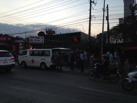 Ảnh vụ tai nạn chết người: Xe cứu thương đến đưa xác nạn nhân về bệnh viện.