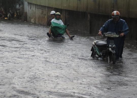Mưa lớn, người Sài Gòn bì bõm lội nước đen