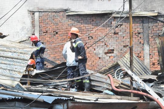 Lính cứu hỏa túc trực tại hiện trường đề phòng nguy cơ ngọn lửa bùng phát trở lại