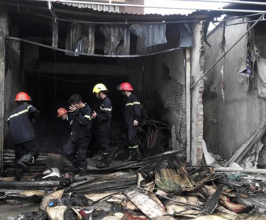 Tầng 1 ngồi nhà bị thiêu rụi sau vụ cháy.