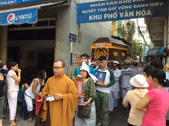 Sau lễ tẩm liệm di quan về Chùa Xá Lợi, đông đảo khán giả đã đến chia buồn với Phượng Liên