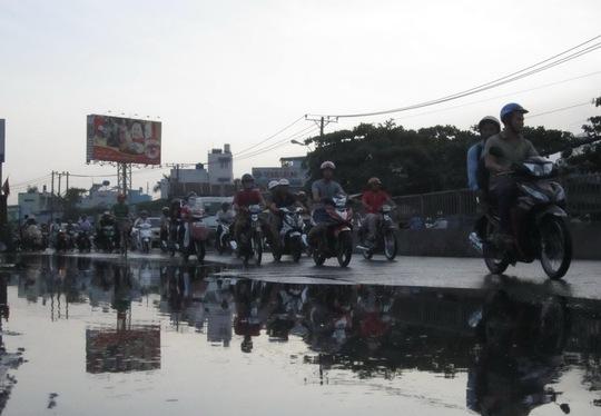 Mưa tạo thành nhiều vũng nước lớn trên đường khiến giao thông một số khu vực hỗn loạn