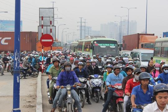 Hàng ngàn xe chen nhau, nhích từng chút một để di chuyển gây nên cảnh hỗn loạn