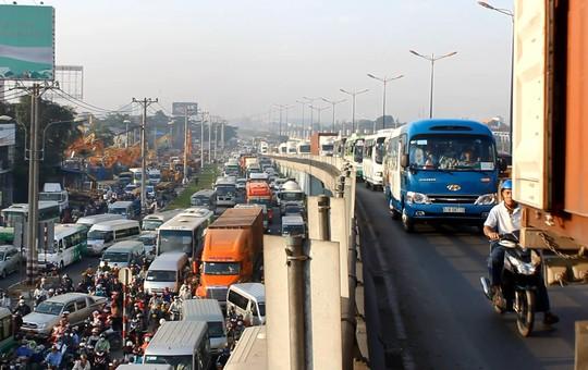 Xe máy phải leo lên cầu vượt thép ngã tư Thủ Đức để lưu thông khiến nguy cơ tai nạn rất cao