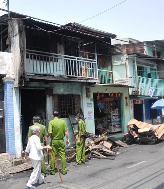 Cơ quan công an khám nghiệm hiện trường vụ cháy nhà