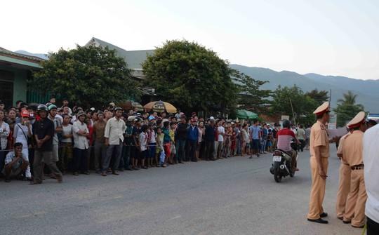 Hàng trăm người dân địa phương hiếu kì đễn xem vụ tai nạn thảm khốc