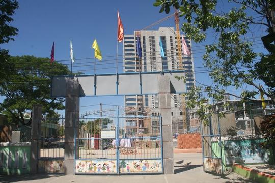 Trước mặt khách sạn Mường Thanh là Trường mẫu giáo 24-3 với hàng trăm cháu nhỏ nhưng công tác bảo đảm môi trường không được chú trọng