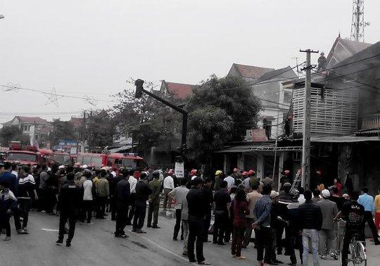 Vụ cháy khiến giao thông bị ùn tắc.