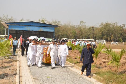 Hai chiếc quan tài được phủ bằng cờ Tổ quốc trong sự tiếc thương vô hạn của người thân, đồng đội…