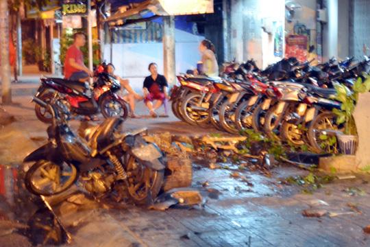 Cảnh đổ nát sau khi chiếc ô tô bất ngờ mất lái tông vào 5 xe máy, đâm sập nhà dân