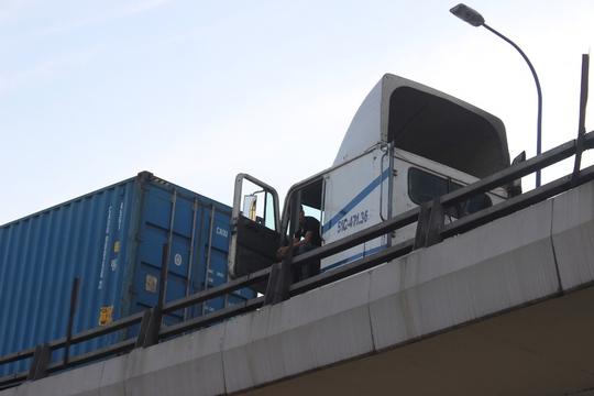 Các xe nối đuôi nhau trên cầu
