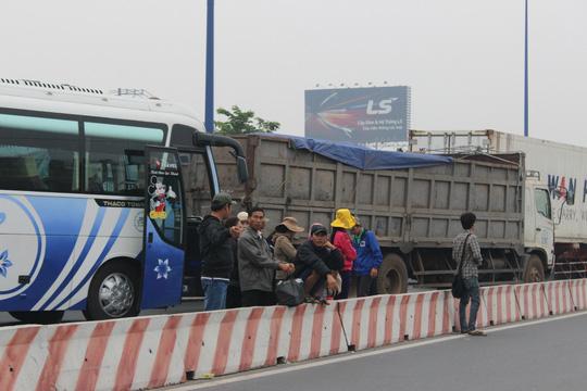 Xe không thể di chuyển, tài xế cùng hành khách ra ngoài ngồi chờ hết kẹt xe