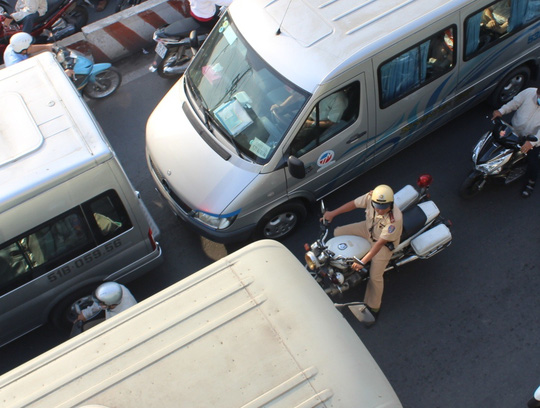"""CSGT cũng """"bó tay"""" khi không thể di chuyển để tới vị trí điều tiết và phân làn giao thông"""