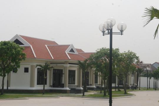 Ngoài khu vực trung tâm chính cao 7 tầng, bao bọc nó là 6 khu biệt thự riêng lẻ